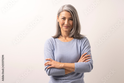 Fotografia  Beautiful grey-haired woman with crossed arms