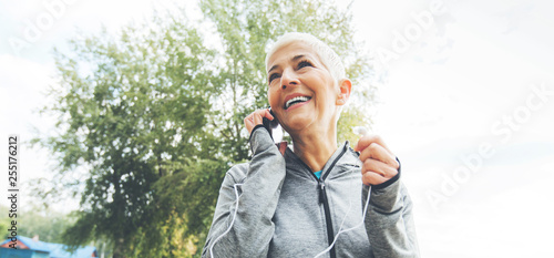Fotografia  Senior Fitness Woman With Earphones