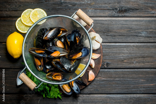 Vászonkép Fresh seafood clams with lemon wedges, garlic and parsley.