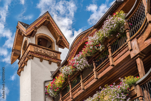 Photo Bavarian building with colorful window boxes of flowers