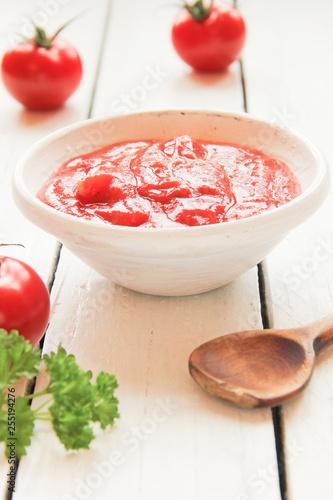 Fotografía  Tomatensauce Sugo Tomatensuppe Schale Tisch