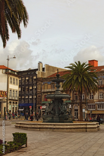 Foto  Porto, Portugal-December 31, 2015: Scenic view of Gomes Teixeira Square with Fountain of Lions, surrounded by palm tree