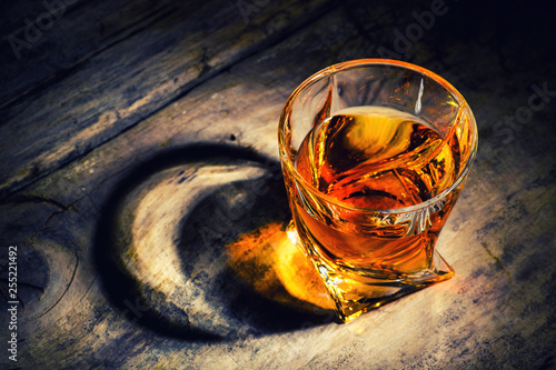 whiskey with ice cubes on wooden background Fotobehang