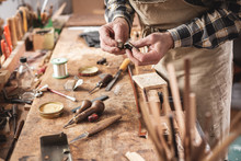 Handwerker Vor Rustikaler Werkbank Mit Vielen Werkzeugen