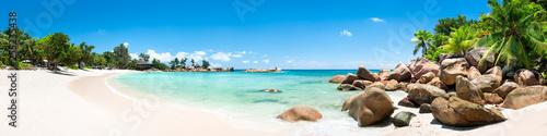 Fotobehang Wit Sommer, Sonne, Strand und Meer auf den Seychellen als Panorama Hintergrund