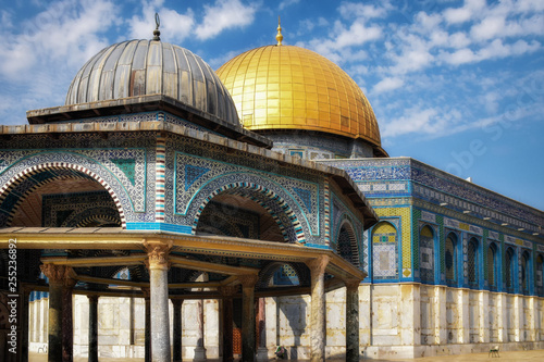 Fotografie, Obraz  The golden Dome of the Rock set against the silver Dome of the Chain