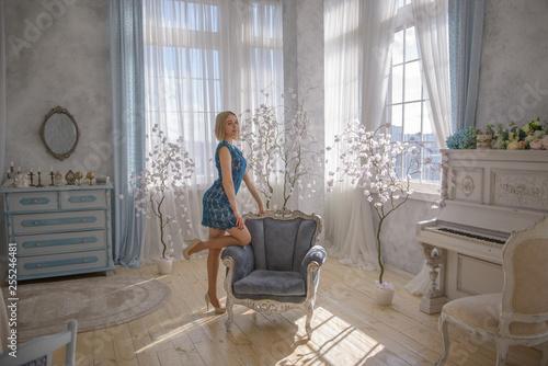 Fotografia Woman in blue dress in vintage room