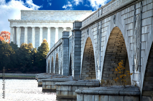 Valokuvatapetti The Lincoln Memorial and the Arlington Memorial Bridge stretching over the Potom