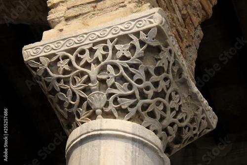Foto  capitello a motivi vegetali; chiesa di San Salvatore nel complesso di Santa Giul