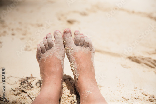 Fotografía Sandy bare feet and Toes in the beach sand during the summer