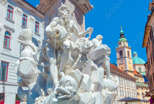 Foto  Robba Fountain stands in front of Town Hall at Town Square , Ljubljana the capital of Slovenia