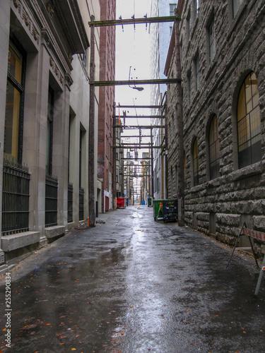 Tuinposter Oude verlaten gebouwen narrow street alley in down town vancouver