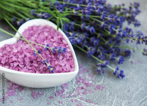 Miska w kształcie serca z solą morską i świeżymi kwiatami lawendy