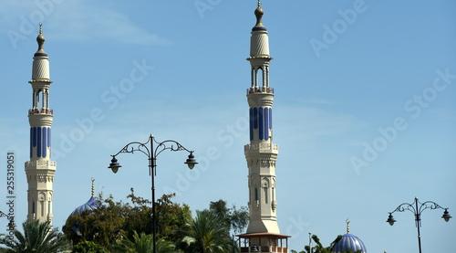 Fotografia  Zwei Minarette und zwei kleine Kuppeln einer Moschee vor Sommerhimmel