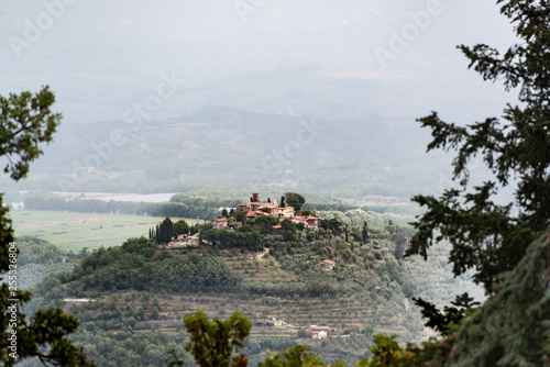 Ein kleines verschlafenes Dorf auf einem Hügel im Chiantigebiet