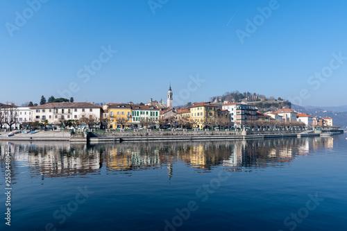 Photo La città di Arona vista dal lago Maggiore