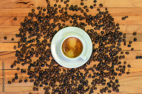 Poster Café en grains Taza de café y granos de café en fondo de madera. Vista superior.