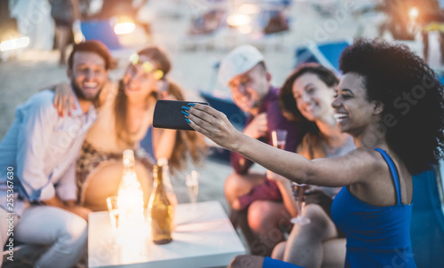 Photo Happy friends taking selfie with smartphone at beach party outdoor - Young peopl