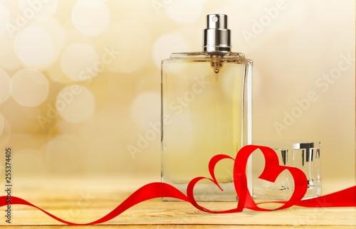 Photo Perfume bottle and flowers isolated on  background.