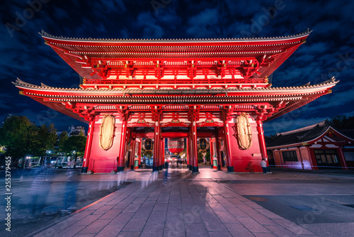 Foto op Plexiglas Bedehuis Sensoji is an ancient Buddhist temple at night in Asakusa, Tokyo, Japan.