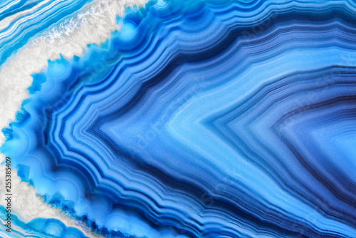 Foto auf AluDibond Kristalle Amazing Blue Agate Crystal cross section isolated on white background. Natural translucent agate crystal surface, Blue abstract structure slice mineral stone macro closeup