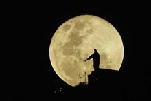 Luna Llena Saliendo Por La Mon...