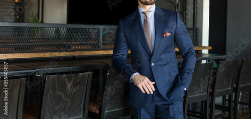Fotografía  Man in expensive custom tailored suit standing an posing indoors