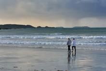Deux Femmes Seniors Marchent Dans L'eau Sur Une Plage De Bretagne
