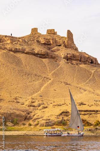 Assuan Kloster des Heiligen Simeon (Simeonskloster) mit Feluke und Boot am Nil in Ägypten Fototapet