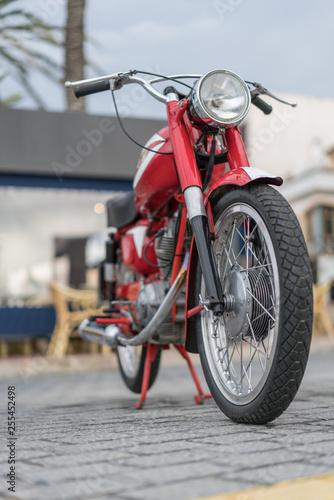 Rotes Motorrad Frontansicht in Port d'Andratx
