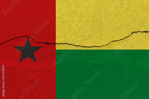 Fotografía  Guinea-Bissau flag on concrete wall with crack
