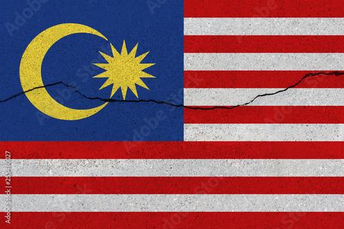 Fotografía  Malaysia flag on concrete wall with crack