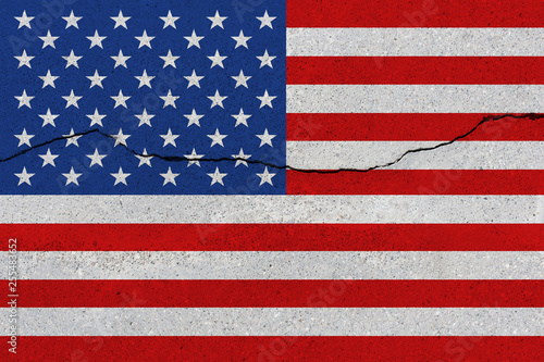 Fotografía  United States flag on concrete wall with crack