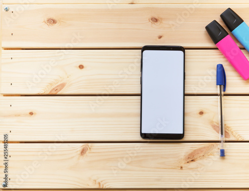 Vászonkép  Smartphone en espacio de trabajo escritorio con lapicero
