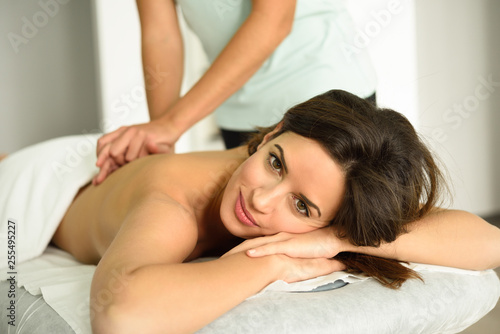 Fotografía  Young female receiving a relaxing back massage in a spa center.