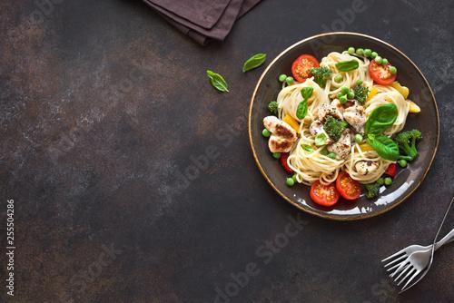 Chicken and Vegetables Pasta Obraz na płótnie