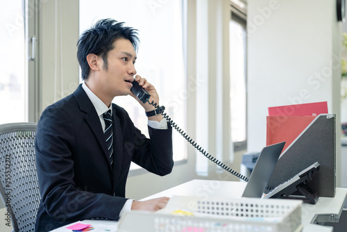 Fotografie, Obraz  電話応対する男性