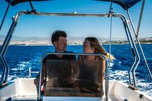 Zakochana Para Płynie Motorówką Po Morzu