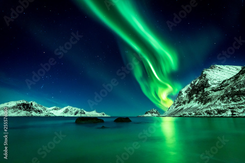 Cuadros en Lienzo Beautiful green Northern Lights at Haukland Beach on the Lofoten Islands in Norw