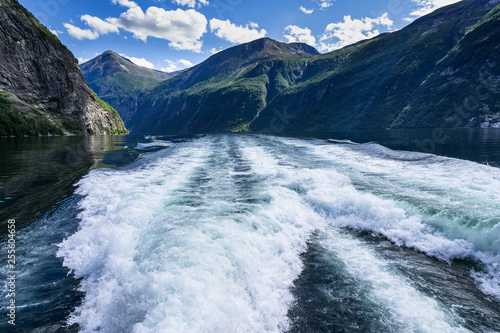 Fotografia Natural landscape of Geirangerfjord viewed from a sightseeing boat making a trip