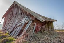 Windschiefe Und Baufällige Abbruchreife Alte Scheune Auf Einem Feld In Bayern