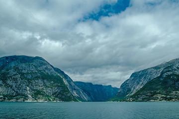 Pochmurny dzień fiordu Norwegii