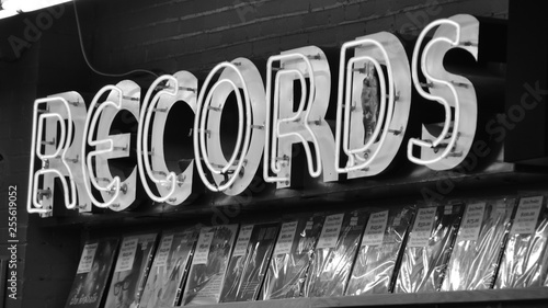 In de dag Muziekwinkel records sign on the wall