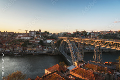 Foto  View of Douro River and Dom Luis Bridge at the sunset