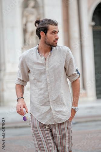 Fotografie, Obraz  bellissimo ragazzo passeggia per centro città di reggio emilia