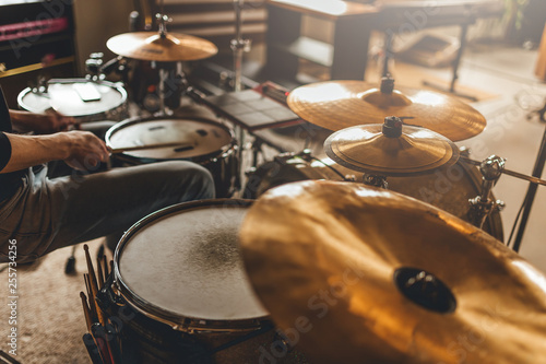 Fotografia Drummer recording drum sounds, Sound recording studio.