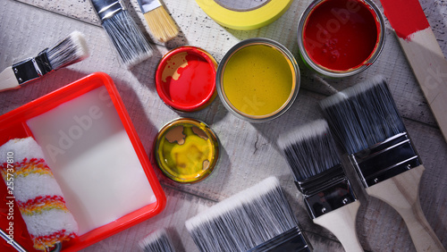 Fotografía  Paintbrushes of different size and paint can