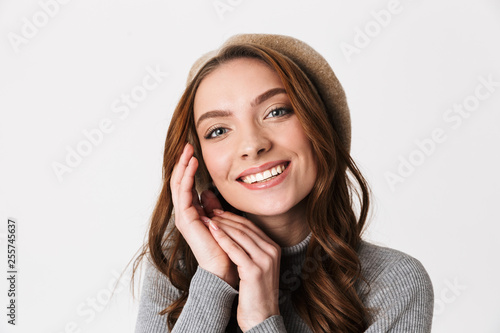 Photographie  Photo of caucasian woman 30s wearing hat smiling and looking at you