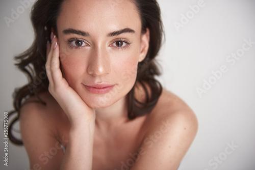 Leinwanddruck Bild - Yakobchuk Olena : Portrait of young pretty brunette woman on white