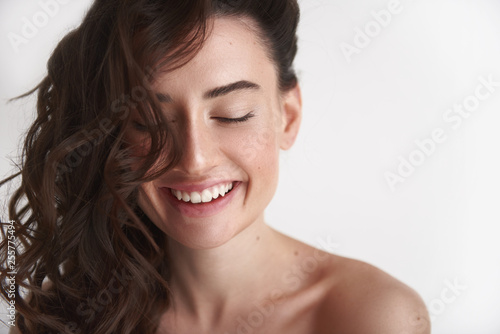 Fotografía  Close up of young smiling brunette woman
